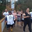 Trabalhadores e familiares cruzam a ponte Pênisl durante a caminhada que agitou a manhã de domingo