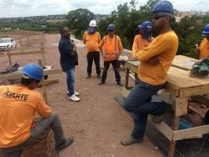 13-12-19-Milton Costa, em canteiro de obras, informando a trabalhadores os seus direitos e as necessidades do respeito às normas de segurança